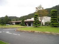 剪定された木のある芝生の中に佇む加古川市斎場の外観の写真